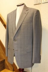 ブラウンチェック柄のスーツの画像