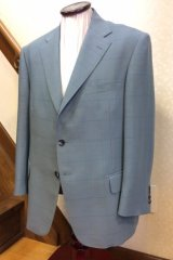 ライトグリーンのチェック柄のスーツの画像