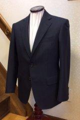 チャコールグレーのヘリンボーンスーツの画像